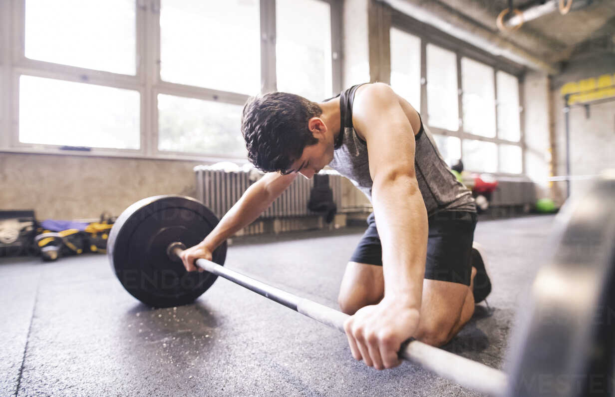 Young athlete exercising with barbell in gym - HAPF01850 - HalfPoint/Westend61