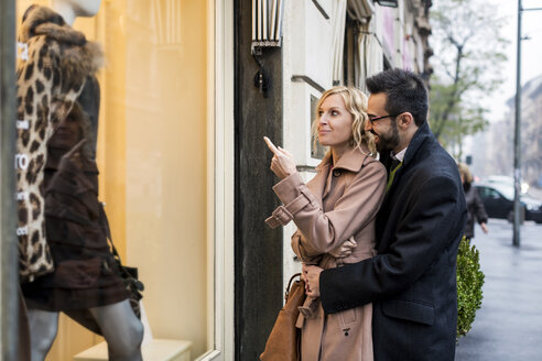 Business couple window shopping in the city - MAUF01097