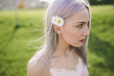 Young woman wearing flowers - GIOF02825
