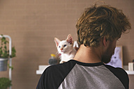 Back view of man with kitten on his shoulder - RTBF00974