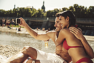 Couple in love taking selfie on the beach - SUF00165