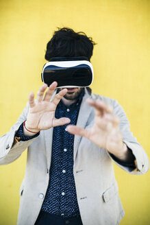 Man wearing Virtual Reality Glasses - GIOF02882