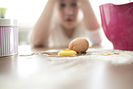 Broken egg on kitchen table - MOEF00040