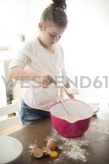 Little girl baking in the kitchen - MOEF00043 - Robijn Page/Westend61