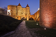 Poland, Warsaw, Old Town at night, Barbican fortification and alley along city wall - ABOF00202