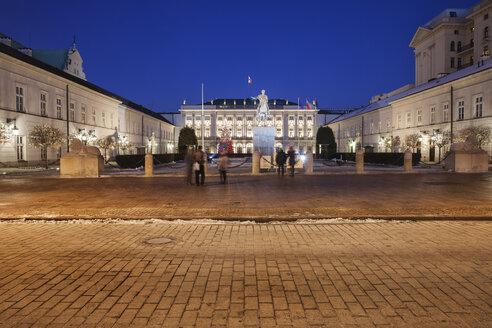 Poland, Warsaw, Presidential Palace at night on Krakowskie Przedmiescie street - ABOF00205