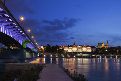 Poland, Warsaw, city by night, Old Town skyline with Royal Castle and bridge at the Vistula River - ABOF00235