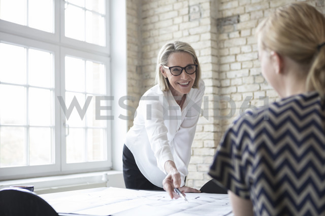 Mature businesswoman working with younger colleague in office - RBF05797 - Rainer Berg/Westend61