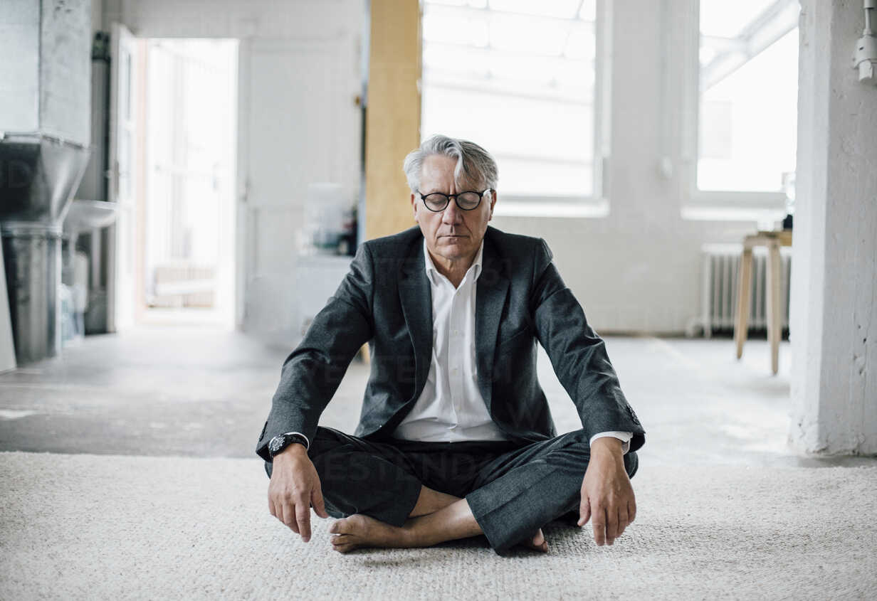 Senior businessman sitting on floor meditating - GUSF00009 - Gustafsson/Westend61