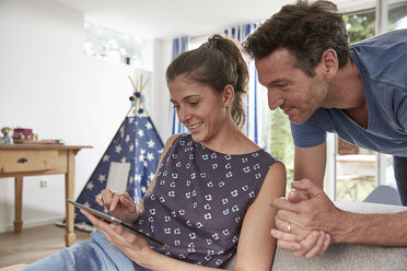 Couple using tablet at home - SUF00231