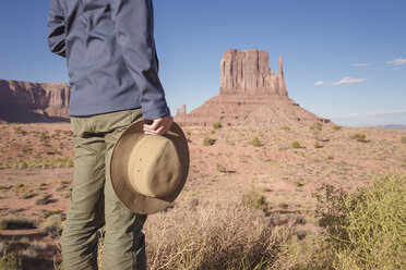 USA, Utah, Young man looking at Monument Valley - EPF00446