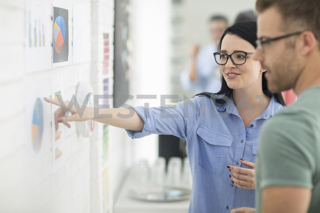 Colleagues conversing about charts - ZEF14067 - zerocreatives/Westend61