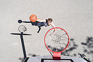 Man playing basketball on outdoor court - MAEF12342