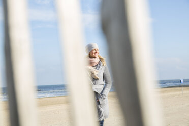 Smiling woman on the beach - FMKF04208