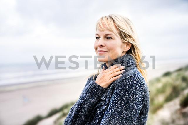 Smiling woman at the sea - FMKF04214