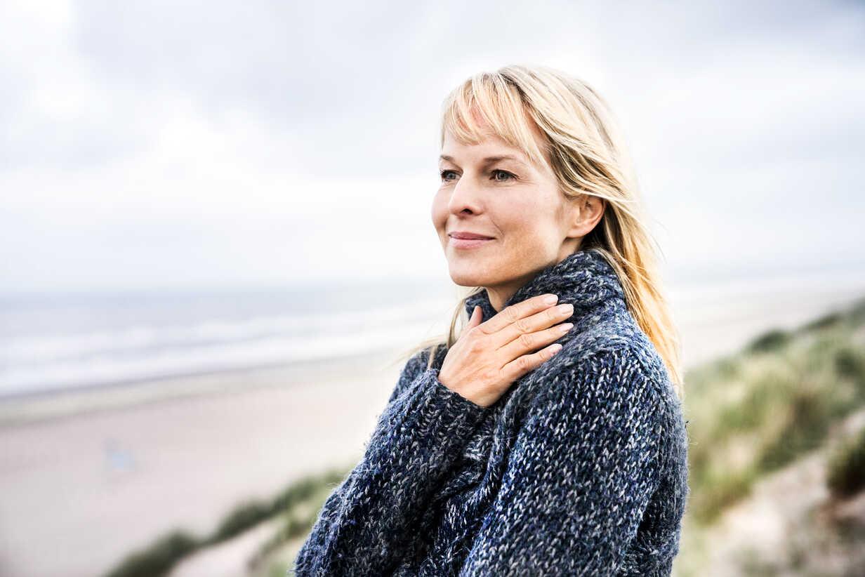 Smiling woman at the sea - FMKF04214 - Jo Kirchherr/Westend61