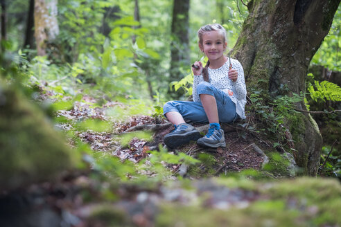 Portrait of smiling little girl in the woods - DIKF00260