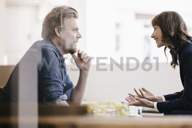 Man and woman sitting in cafe, discussing vividly - KNSF01857 - Kniel Synnatzschke/Westend61