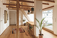 Spacious living room with wooden floor - GUSF00069