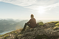Austria, Salzkammergut, Hiker in the mountains taking a break - UUF11007