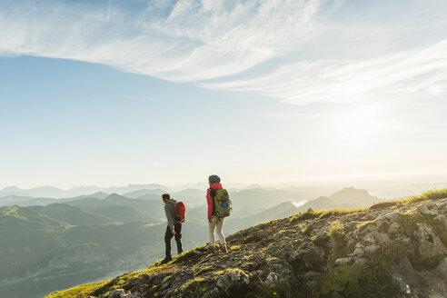 Austria, Salzkammergut, Couple hiking in the mountains - UUF11010
