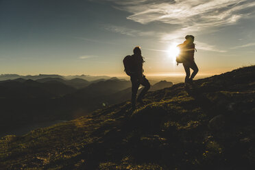 Austria, Salzkammergut, Couple hiking in the mountains - UUF11022