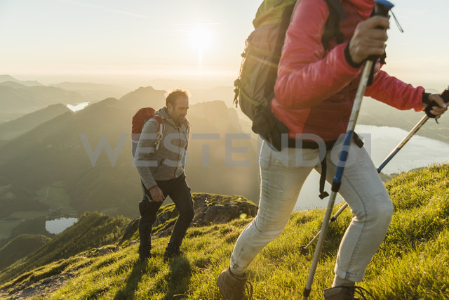 Austria, Salzkammergut, Couple hiking in the mountains - UUF11031 - Uwe Umstätter/Westend61
