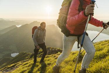 Austria, Salzkammergut, Couple hiking in the mountains - UUF11031