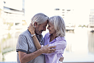 Senior couple taking a city break, kissing and embracing - ZEF14172