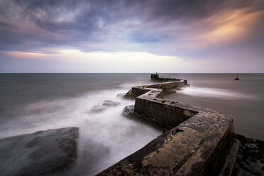 UK, Scotland, Fife, St Monans, breakwater at stormy day, long exposure - SMAF00808