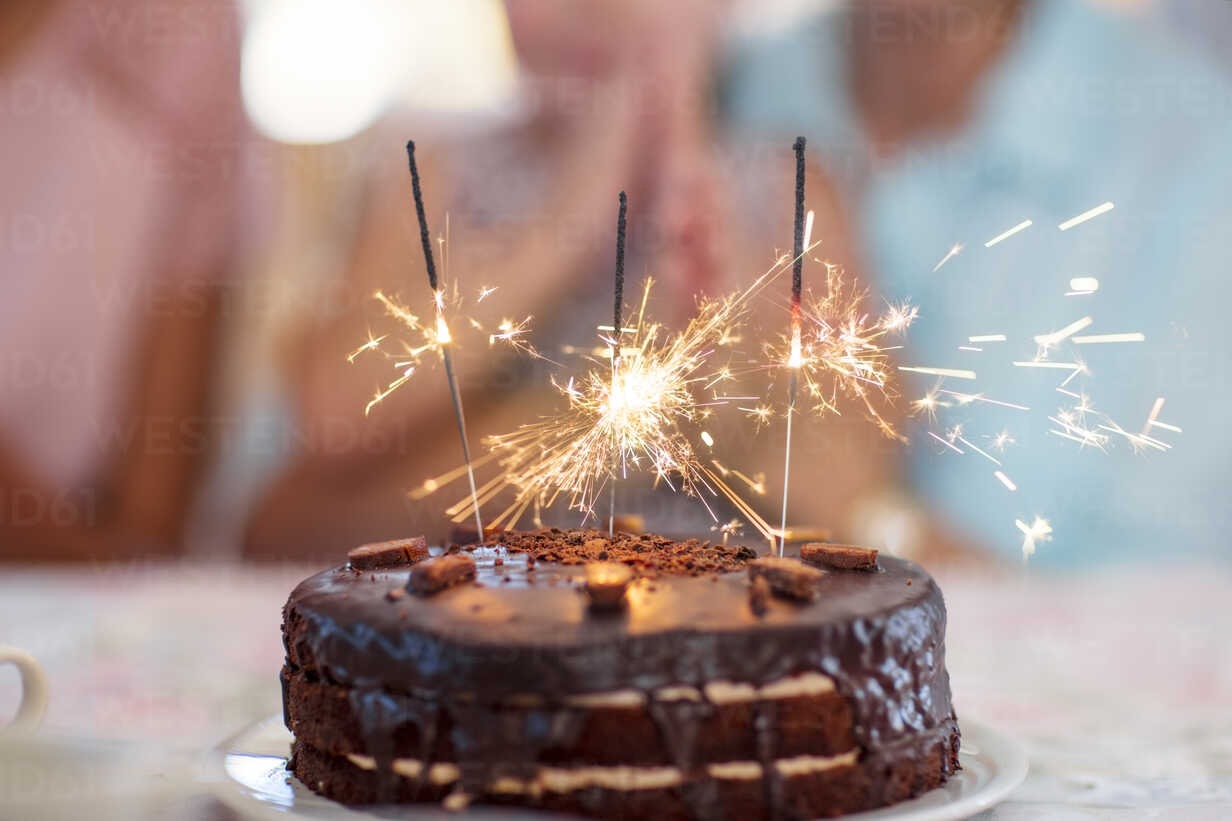 Chocolate birthday cake with sprklers - ZEF14252 - zerocreatives/Westend61