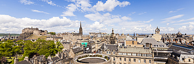 UK, Scotland, Edinburgh, cityscape of old town with castle - WDF04062