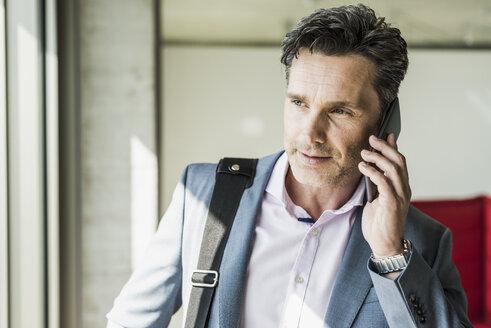 Businessman using smartphone - UUF11264