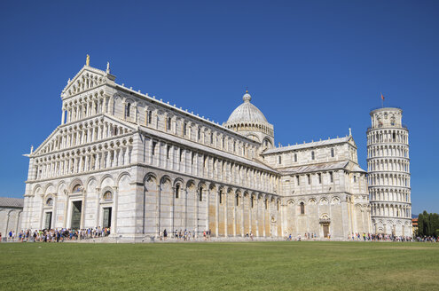 Italy, Tuscany, Pisa, View to Cathedral and Leaning Tower of Pisa from Piazza dei Miracoli - DHCF00127