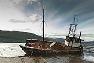UK, ship wreck at seafront - FCF01256