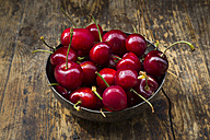 Bowl of cherries on wood - LVF06260