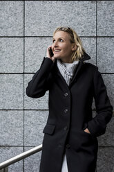 Smiling woman on cell phone - MAUF01183