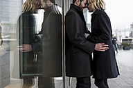 Affectionate business couple in the city - MAUF01201