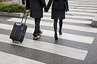 Business couple in the city crossing a street - MAUF01204
