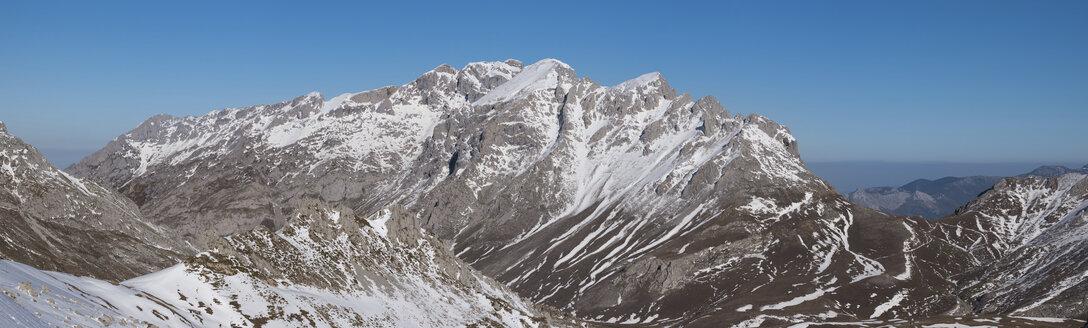 Spain, Cantabria, Winter Landscape in Picos de Europa mountains - DHCF00131