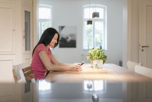 Woman using tablet at home - JOSF01284