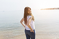 Portrait of beautiful young woman at the sea - GIOF03032