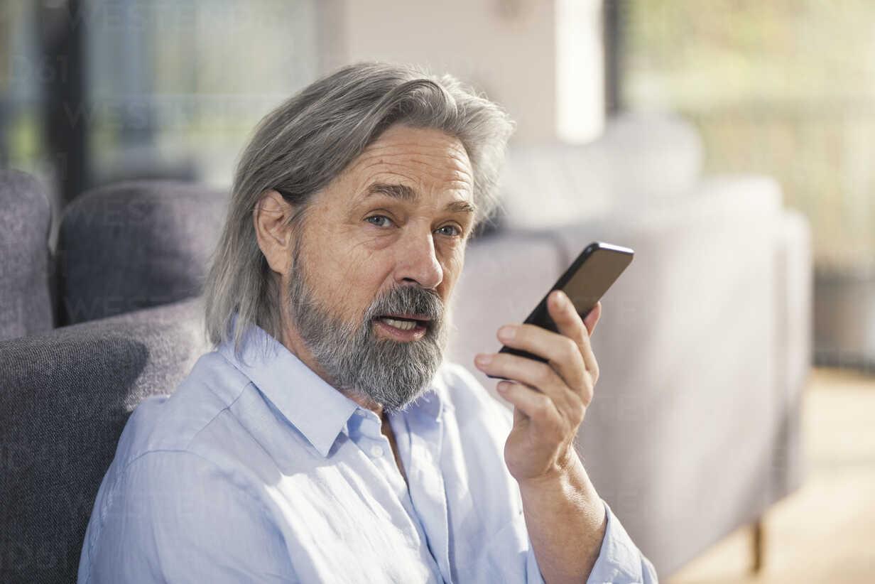 Senior man using smartphone - SBOF00490 - Steve Brookland/Westend61