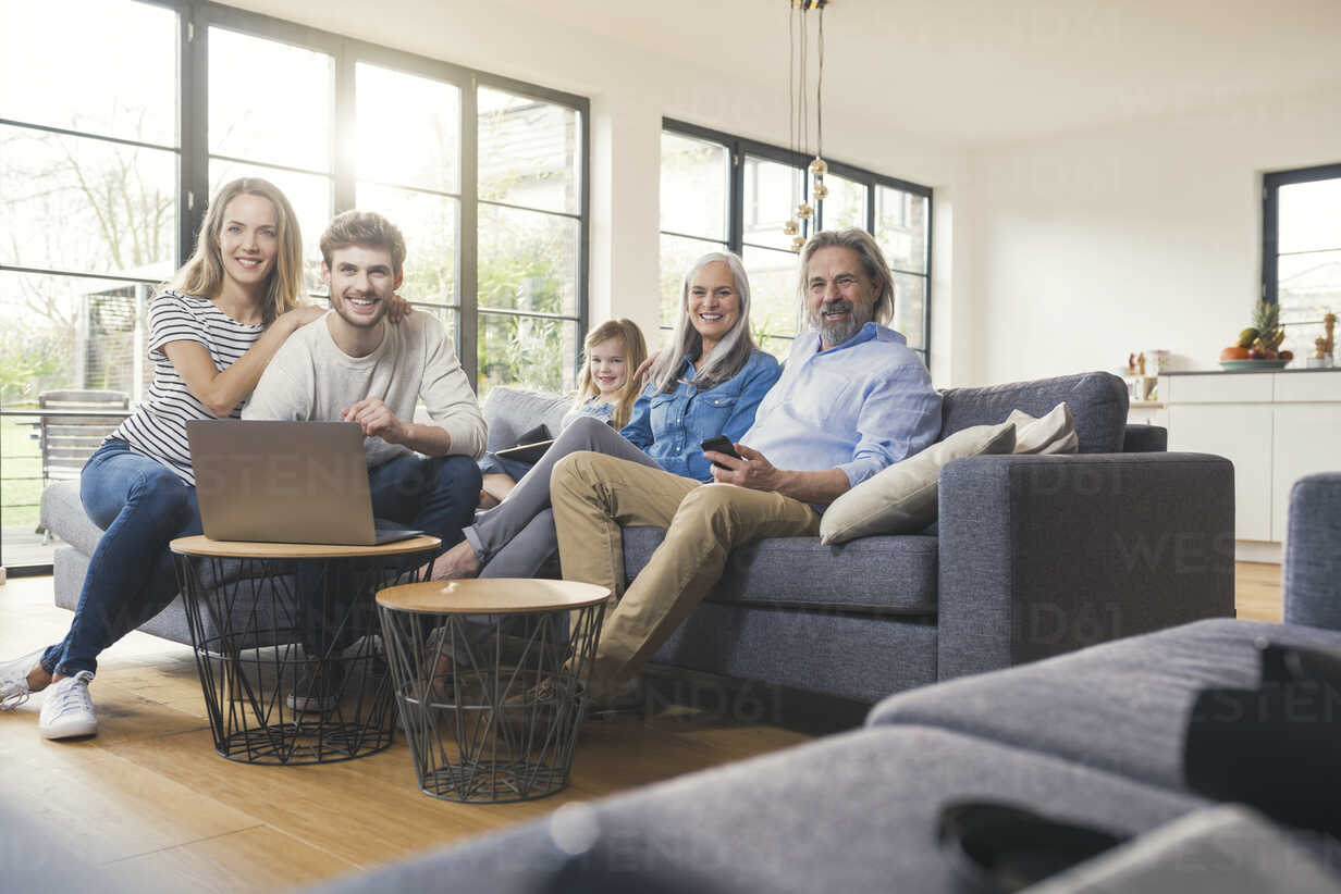 Extended family sitting on couch, using mobile devices - SBOF00523 - Steve Brookland/Westend61
