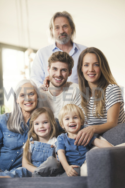 Extended family sitting on couch, smiling happily - SBOF00547 - Steve Brookland/Westend61
