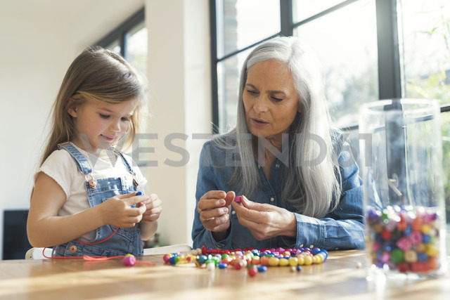 Grandmother and granddaughter threading beads - SBOF00574 - Steve Brookland/Westend61
