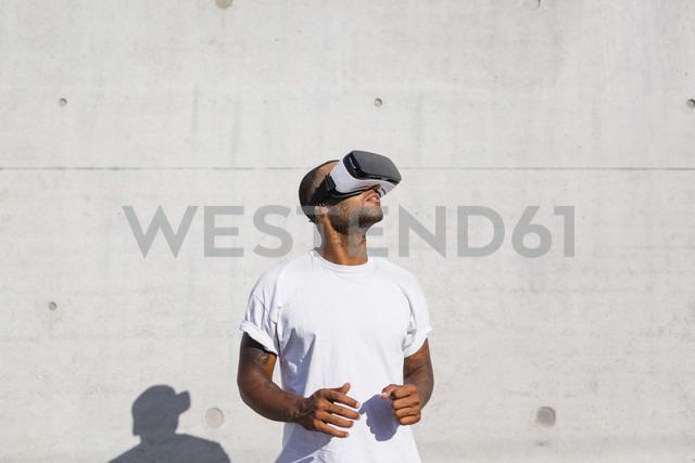 Man wearing Virtual Reality Glasses - MGIF00070 - Giorgio Magini/Westend61