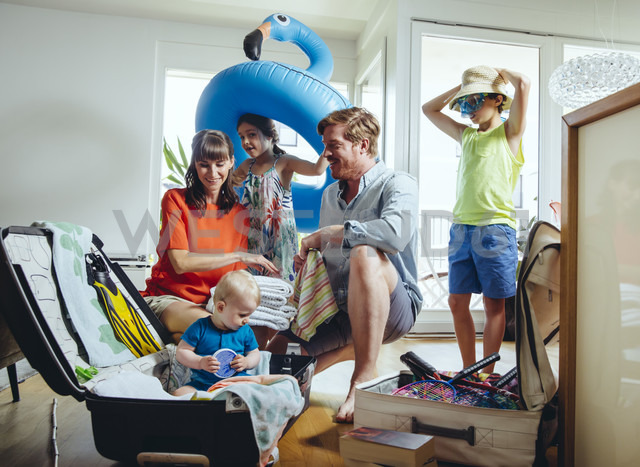 Happy family of five packing for holiday trip - MFF03774 - Mareen Fischinger/Westend61