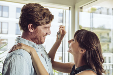 Happy couple holding house key - MFF03810