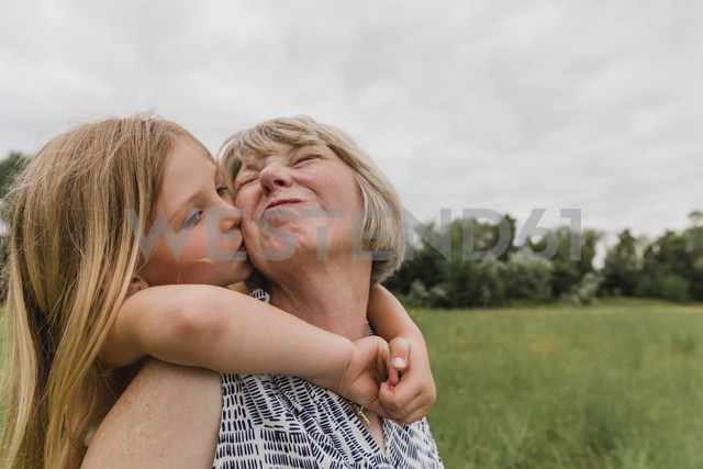 Granddaughter kissing her grandmother - NMSF00152 - Nicole Matthews/Westend61
